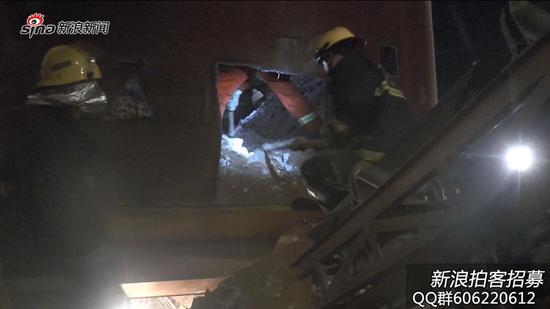 实拍:砂石厂工人被埋  消防徒手救人