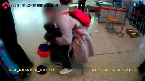 女乘客拒安检怒怼民警 扬言让安检员丢工作
