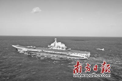 海军舰载战斗机飞行员自主培养体系日趋完善。图为歼-15舰载战斗机准备着舰。新华社发