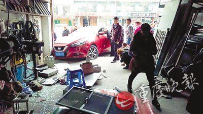 ▲车辆失控撞进路边店铺
