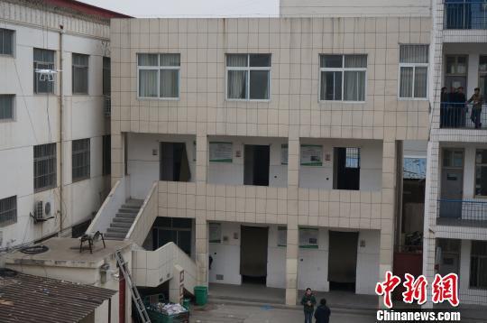 图为发生事故的学校里的两层厕所楼。 韩章云 摄