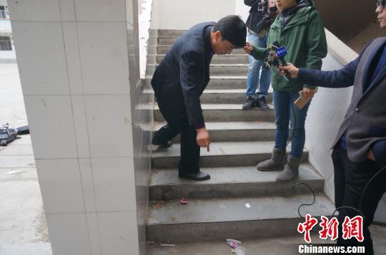 学校副校长刘文华在事发现场向记者讲述事发经过。 韩章云 摄
