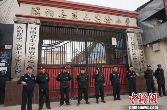 事故发生后学校已经停课,武警在校门口戒严。 韩章云 摄