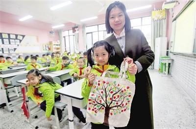 教师激励跟辅助孩子们建立环保认识。