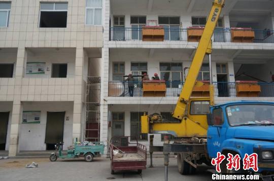 图为23日上午,施工车辆进入濮阳县第三实验小学(老校区),对学校厕所实施改造。 韩章云 摄
