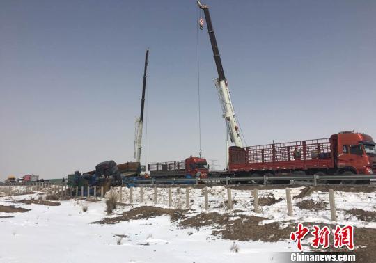 3月23日,连霍高速2100km处甘肃山丹往金昌偏向一辆半挂车发生交通事故导致车上危化品发生走漏。消防官兵赶赴现场处置。 谢春海 摄