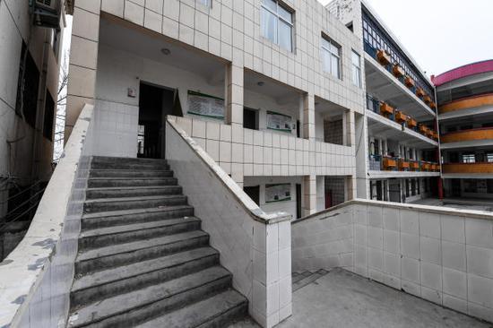 ↑这是发生踩踏事件的河南省濮阳县第三实验小学厕所(3月22日摄)。新华社记者李博摄