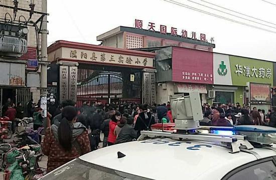 ↑这是3月22日拍摄的发生事故的河南省濮阳县第三实验小学的校门。新华社发