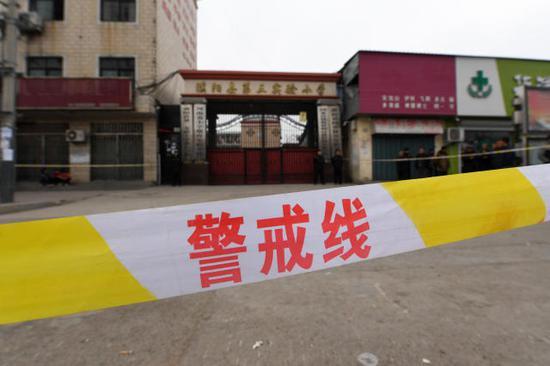 ↑这是警戒线内的河南省濮阳县第三实验小学大门口(3月22日摄)。新华社记者李博摄