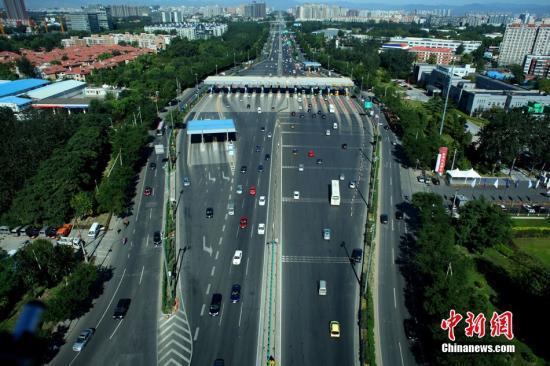 图为从空中俯瞰京藏高速上的某收费站。中新社发 富田 摄