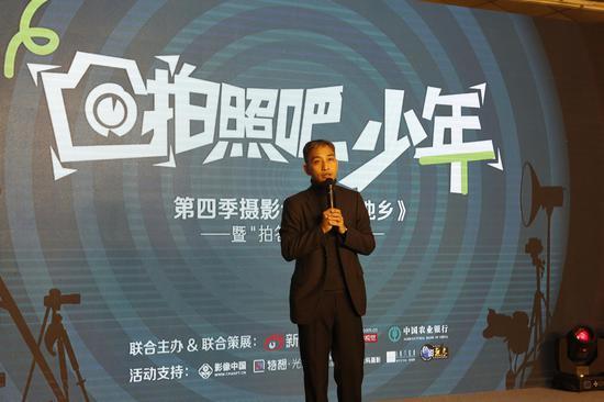新浪网副总裁、新闻总编辑周晓鹏在开幕式上致辞。