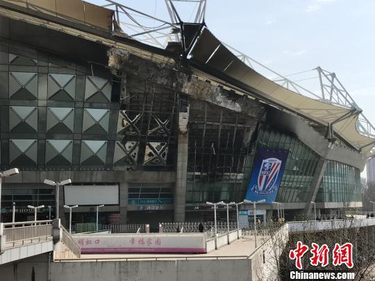 上海虹口足球场突发大火,目前火势已熄灭,无人员伤亡。 王子涛 摄
