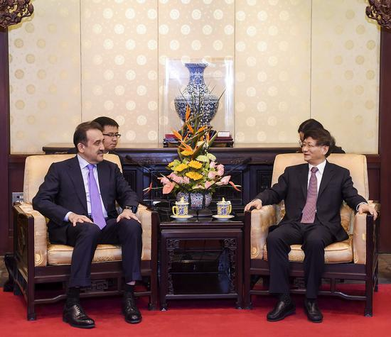 3月27日,中共中央政治局委员、中央政法委书记孟建柱在钓鱼台国宾馆会见哈萨克斯坦国家安全委员会主席卡里姆・马西莫夫。 摄影 郝帆