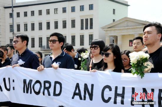 当地时间6月5日下午,德国首都柏林约200名华人自发在柏林标志性建筑勃兰登堡门前举行集会,沉痛悼念不幸遇害的中国籍留学生李洋洁。一些德国友好人士也参加了此次悼念活动。 彭大伟 摄