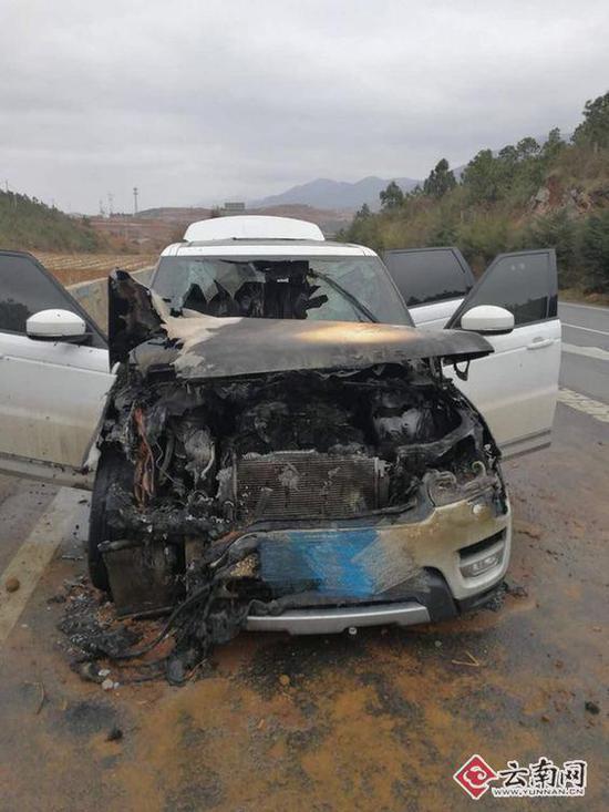 被烧毁的车