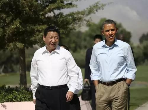 2013年6月8日,中国国家主席习近平同美国总统奥巴马在安纳伯格庄园内散步。
