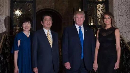 今年2月,特朗普总统在海湖庄园招待日本首相安倍晋三。