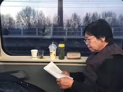 2016年12月2日,聂树斌被判无罪,张焕枝在回家列车上翻看判决书。新京报记者李兴丽 摄