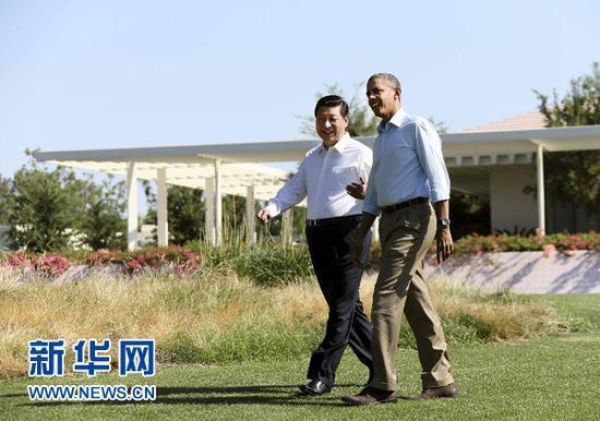 当地时间6月8日上午,中国国家主席习近平同美国总统奥巴马在美国加利福尼亚州安纳伯格庄园举行第二场会晤?;嵛羁记?,习近平和奥巴马在风光秀丽的庄园内散步,在轻松的气氛中交谈。新华社记者 兰红光 摄