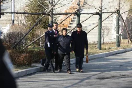 2016年12月2日,法院改判聂树斌无罪,聂母走出法院。 新京报记者王飞 摄