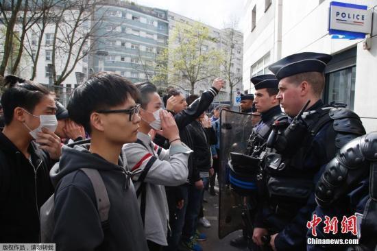法国警方28日表示,他们逮捕了35名示威者。图为当地时间28日,在法国巴黎的亚裔民众在巴黎警察局门外与法国防暴警察对峙。