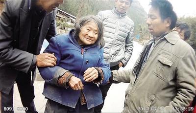 获救后的九旬老人张婆婆。