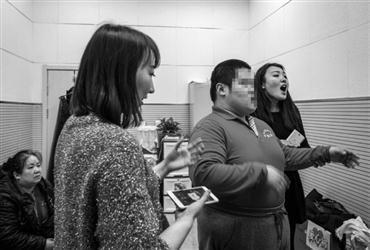 在罗杨老师的感召下,社会上很多的志愿者加入到爱心班,赵晨雪(右一)就是其中之一。