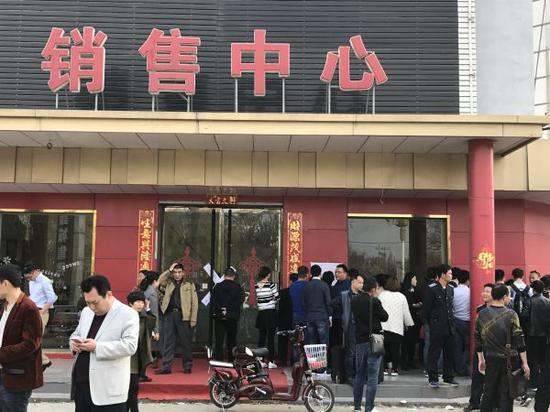 尽管雄县一销售中心已经被封,然而门前仍然聚集了来自四面八方的各类人群 经济观察网 张恒/摄