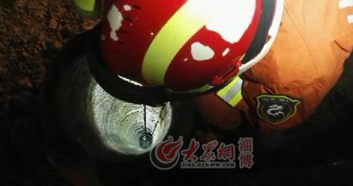 01:11救援消防官兵正在跟孩子说话
