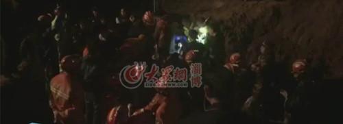 02:19 救援人员在喊孩子名字,让其抬起头来,孩子生命体征正常