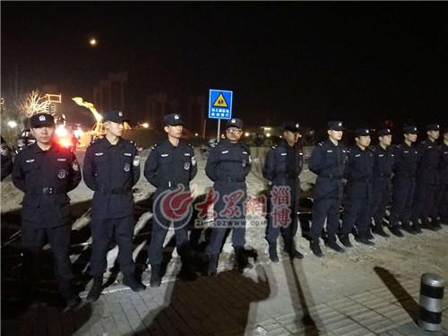 23:58特警拉起警戒线保证现场救援秩序