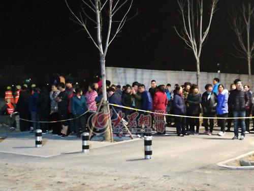 23点左右,仍有非常多的村民聚集在周围守候着