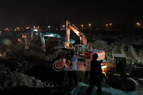 挖掘机把核心区域的土方向外清理