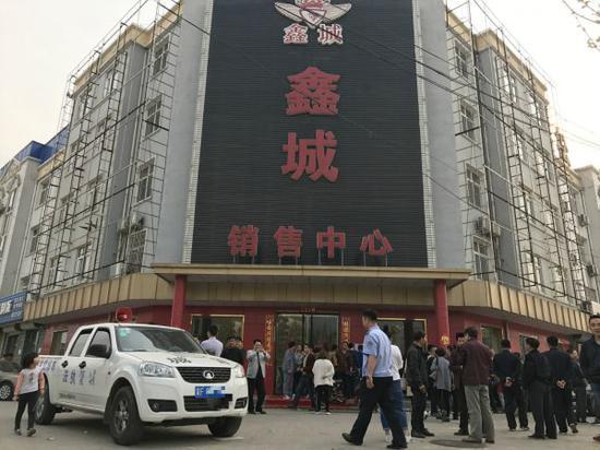 雄县鑫城销售中心门前聚集的人群 经济观察网 张恒/摄