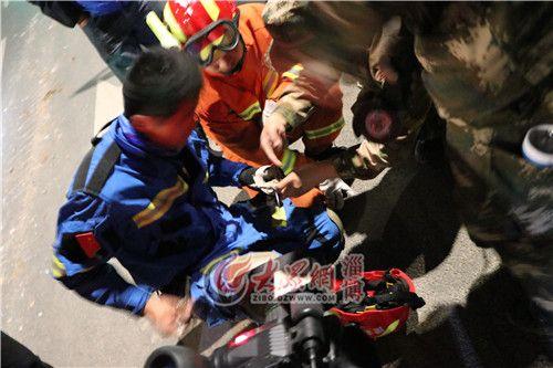 01:19蓝豹救援队的救援人员正在做救援用的钩子
