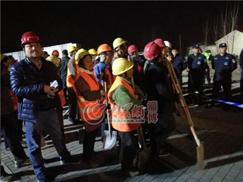 23:58山东天齐建筑置业集团股份有限公司的建筑工人正在待命
