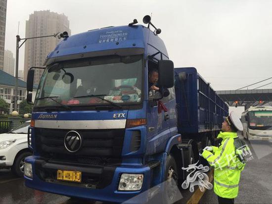 重庆高速发展货车超限超载整治。记者 刘艳 摄