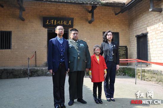 毛新宇一家在毛泽东同道旧居前合影