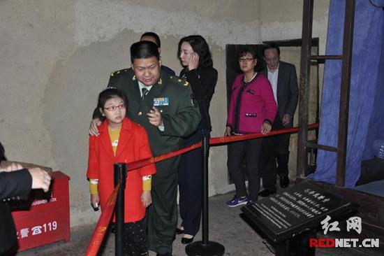 在毛泽东同道旧居,毛新宇为女儿细心讲授毛泽东三兄弟小时间的故事。