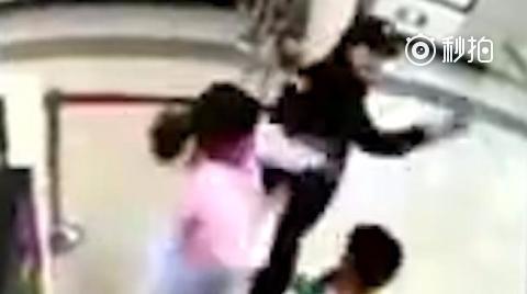 监控:地铁安检员阻止小孩吃零食被女子掌掴