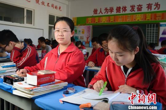 资料图:正在学习的高中学生。 刘文华 摄