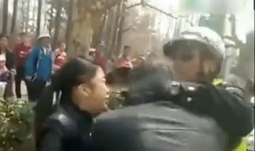 女子被查撒泼猛扇交警耳光 交警拨110报警