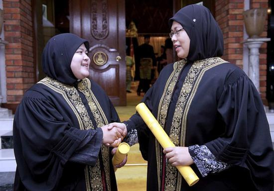马来西亚实行世俗与伊斯兰法院共存的司法双轨制,仅有穆斯林受伊斯兰法约束,且伊斯兰法院受案范围仅限于家事法及宗教信仰