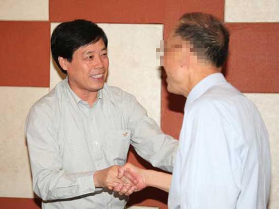 许志山(左)