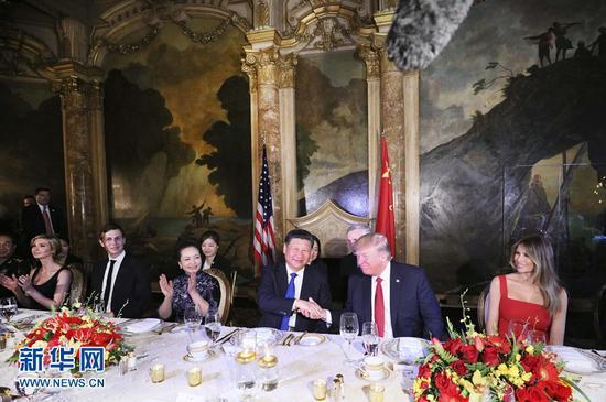 当地时间4月6日晚,国家主席习近平和夫人彭丽媛出席美国总统特朗普和夫人梅拉尼娅在美国佛罗里达州海湖庄园举行的欢迎晚宴。 新华社记者 兰红光 摄