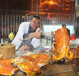 探秘新疆和田夜市 西域美食令引人垂涎欲滴