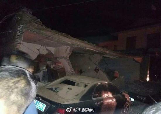 2017年4月1日晚10:28左右,山西省浮山县城内南环西路一处居民住宅楼发生爆炸。目前,临汾市、县两级主要领导及相关部门正在现场指挥救援,并启动应急处置预案。截至今天11:05,10名被埋者均救出,9人无生命体征、1人生还。事故还造成周边6人受轻伤。