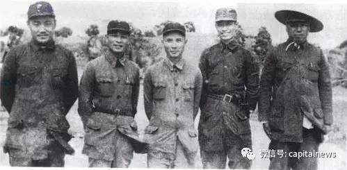 1944.8.15 张震(左四)与刘瑞龙(左一)、彭雪枫(左二)、邓子恢(左三)、吴芝圃(左五)在洪泽湖畔的大王庄合影