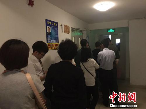 北京某公租房项目管理处排队受理现场。中新网 种卿摄