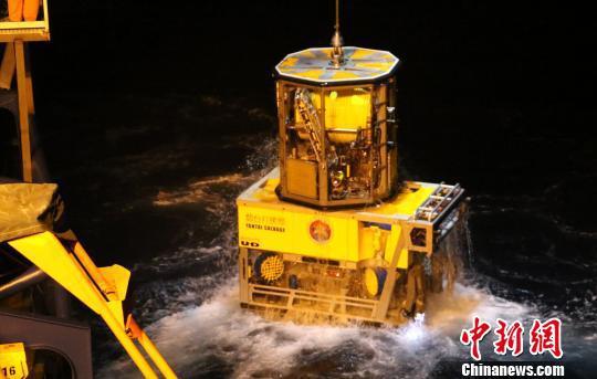 图为水下机器人出水。 陈朋 摄